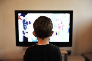 Kind-schaut-eine-Dvd